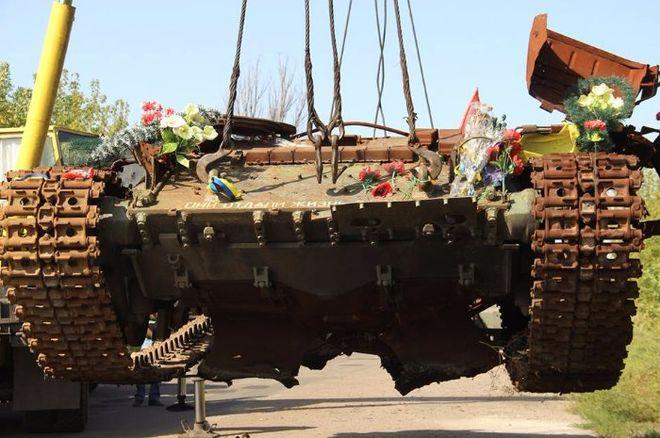 В зоне АТО сделали памятник из подбитого танка