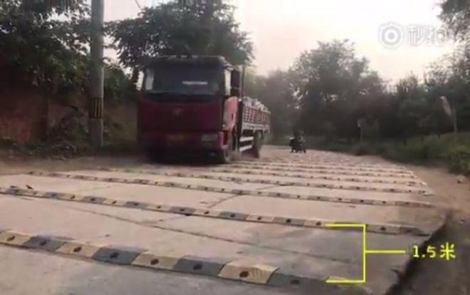 """В Китае на одном километре дороги установили более 600 """"лежачих полицейских"""""""