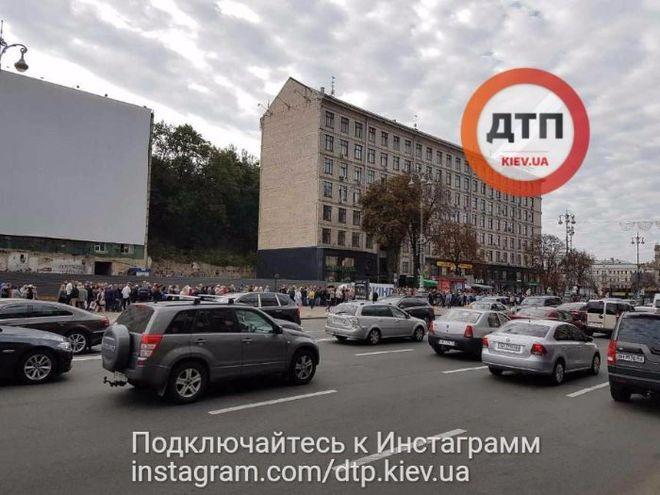 В Киеве на Крещатике образовалась гигантская очередь