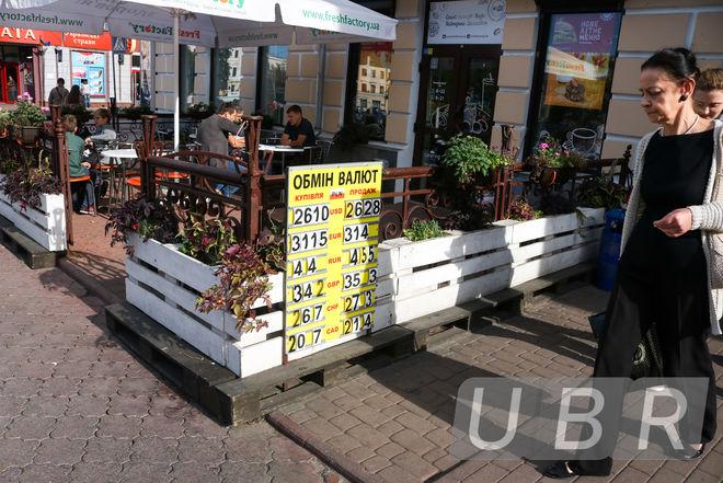 Операция-провокация: валютные менялы раскручивают курс доллара
