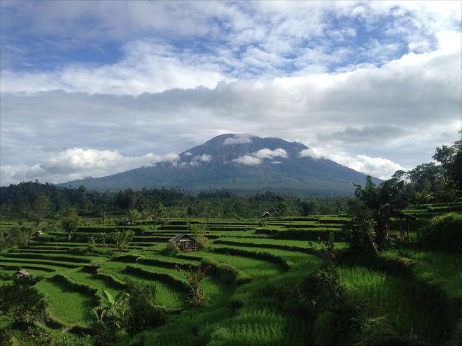 Из Бали срочно эвакуируют людей из-за возможного извержения вулкана