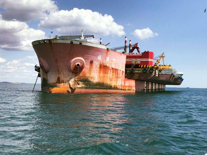Фотографы показали дноуглубительный флот для порта Южный с высоты