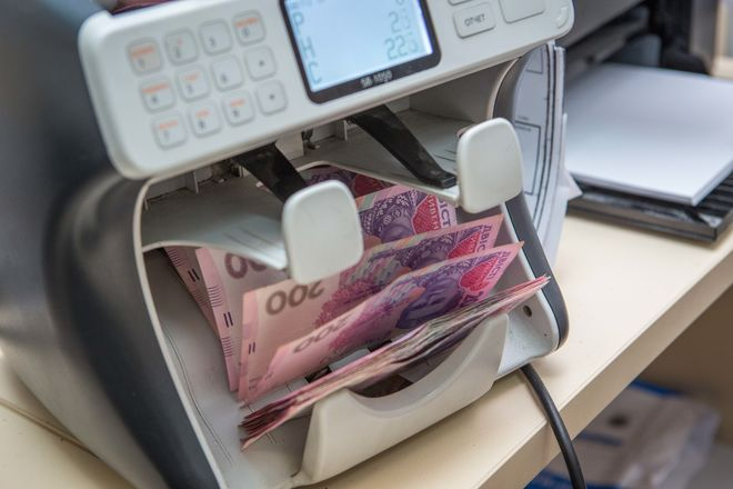 Украинцам выплатили часть долгов по зарплатам