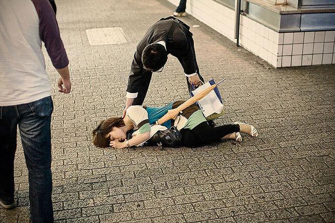 Японцы валятся с ног и засыпают прямо на улице