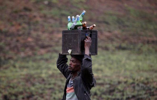 В ЮАР перевернулся грузовик с пивом: жители уносили ящики, как могли