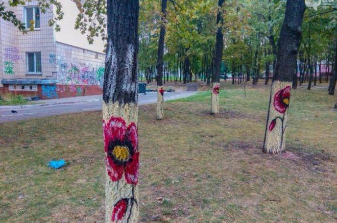 В одном из киевских парков разукрасили деревья