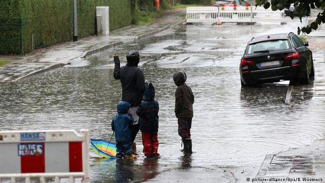 """Ураган """"Ксавьер"""" накрыл Германию, и идет в Украину"""