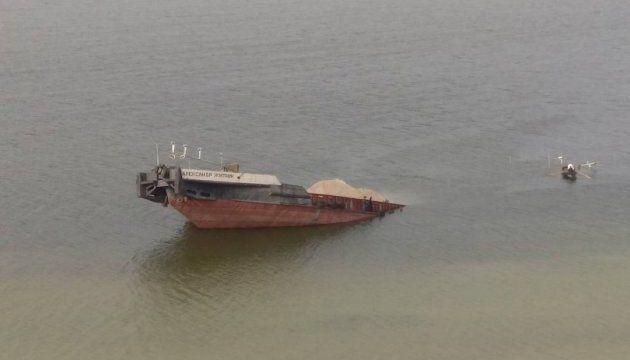 В Херсонской области утонула баржа, нефтепродукты вылились в воду
