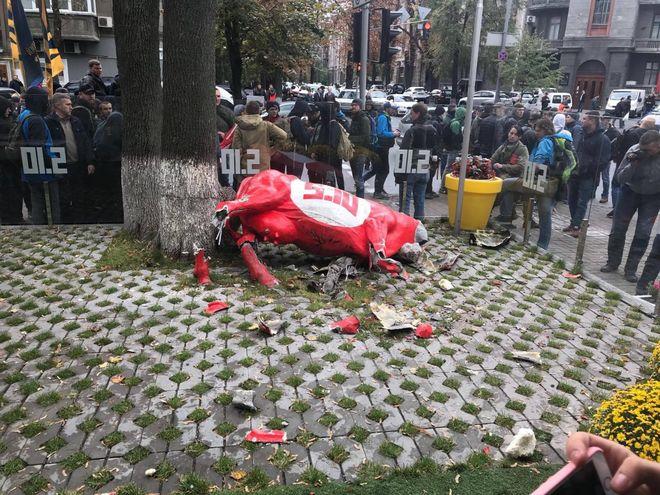 Националисты напали на офис партии 5.10 и повредили корову