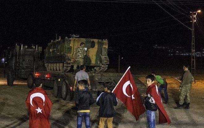 Турция стянула военную технику к границе с Сирией