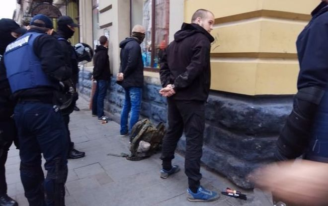 Во Львове задержали 50 человек с холодным оружием
