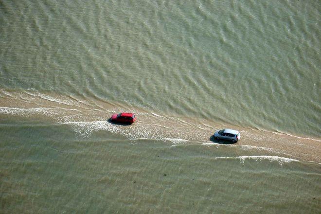 Во Франции одна дорога дважды в сутки уходит под воду