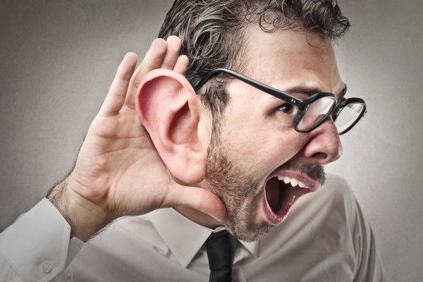 Человек подслушивает разговоры
