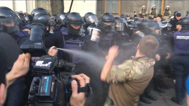 Полиция с газом штурмует палаточный городок под Радой