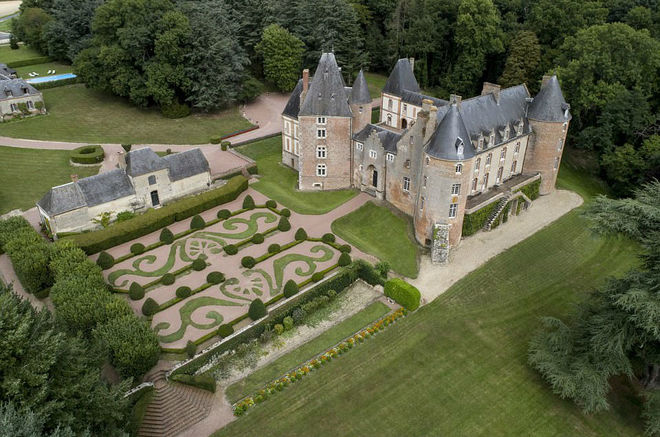 Дешевле, чем бокал вина: французский замок XV века продают на аукционе за 1 евро