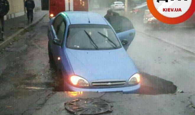 В Киеве автомобиль оказался под асфальтом