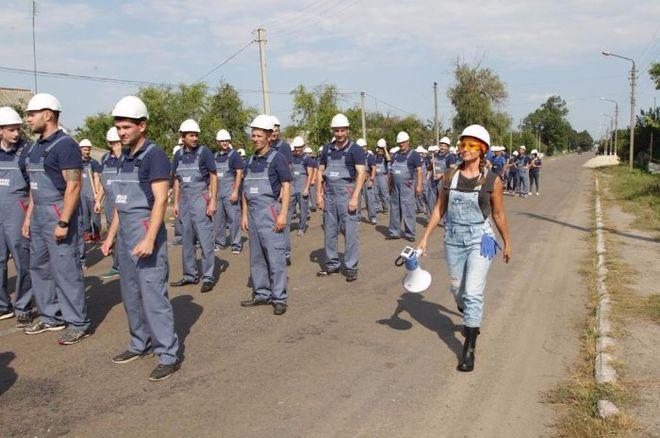 Оксана Марченко разделась и села за руль бульдозера