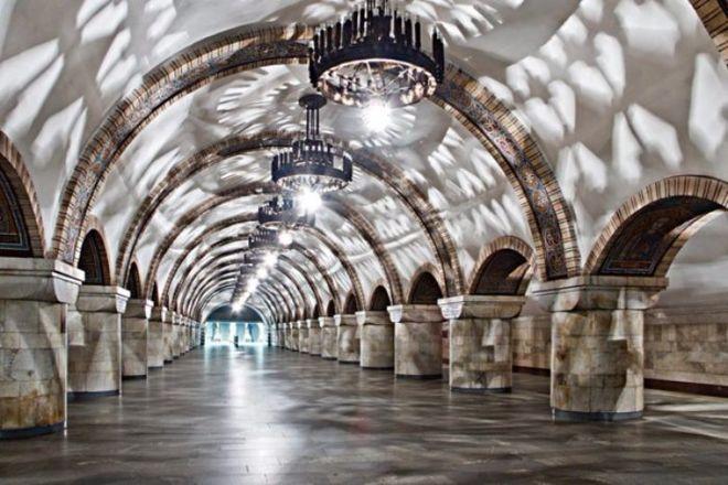 Фотограф показал киевское метро в праздничном освещении