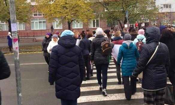 Киевляне перекрыли дорогу с требованием включить отопление в их квартирах