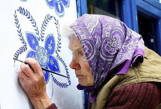 В Чехии 90-летняя бабушка превратила село в арт-галерею