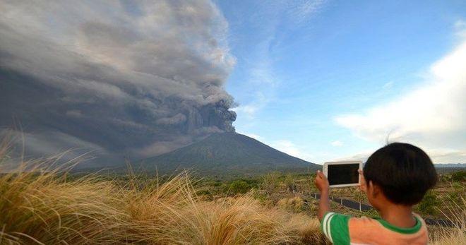 Вулкан Агунг остановил десятки международных авиарейсов