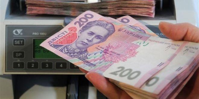 """Официальная зарплата украинцев не дотягивает до """"минималки"""""""