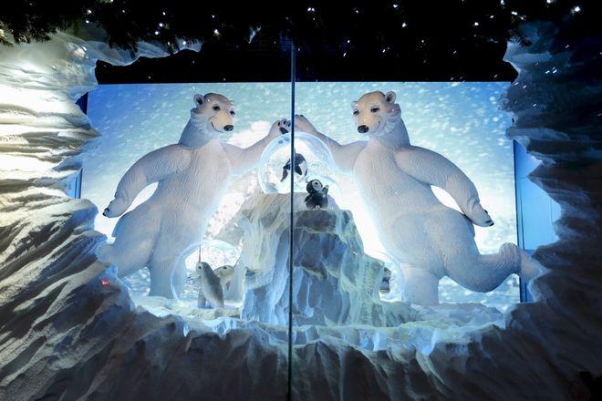 Опубликованы фото самых красивых рождественских витрин универмагов мира