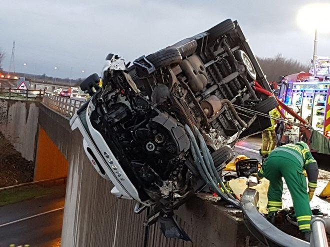 Полицейский собственноручно удерживал грузовик на краю моста