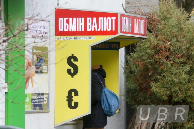 Иностранцы будут поднимать курс доллара в Украине: банкиры говорят о новых уровнях