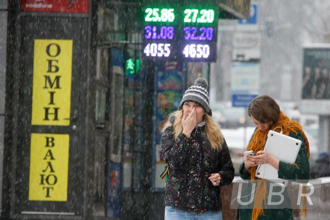 Валютчики утихомирили курс доллара, но опасаются сюрпризов от Нацбанка