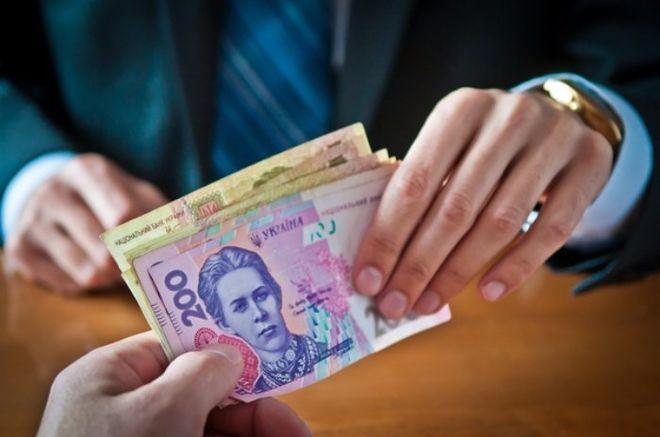 Украинцев пытаются удержать в стране повышением зарплаты