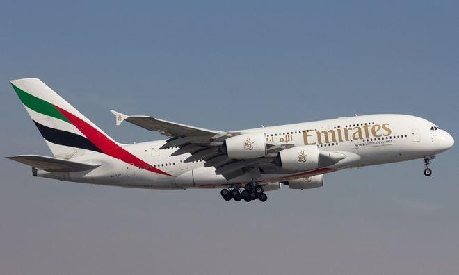 Пилоты авиалайнера Airbus A380 нарисовали новогоднюю елку во время тестового полета