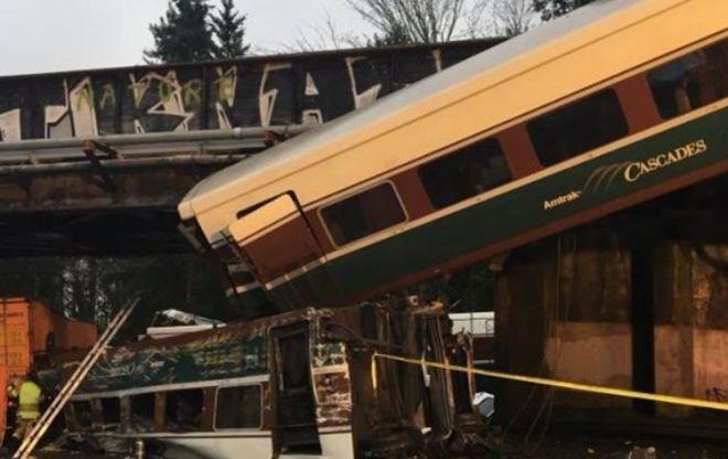 В США поезд с пассажирами упал на шоссе