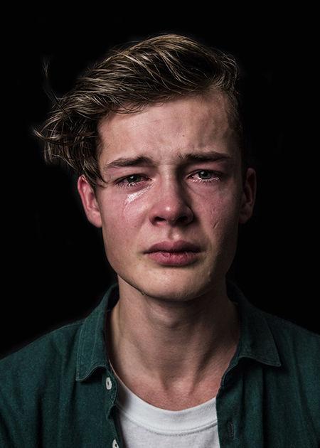 «Мужчины тоже плачут»: голландский фотограф разрушила устоявшиеся стереотипы