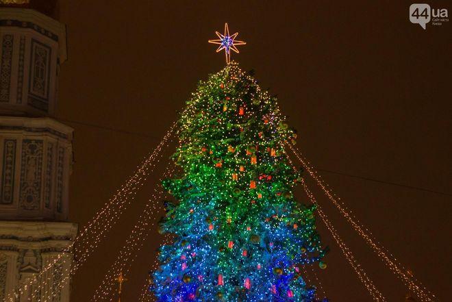 В Киеве открыли рождественский городок и зажгли новогоднюю елку