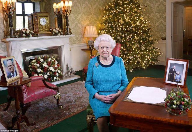 «Золотое Рождество»: замок королевы Елизаветы II украсили к праздникам