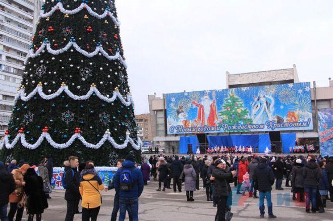 Оккупированный Луганск засиял новогодними огнями