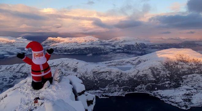 На самой высокой морской скале Европы установили Санта-Клауса
