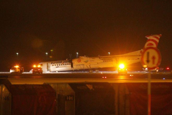 Самолет Bombardier Q400 приземлился в аэропорту Шопена без шасси