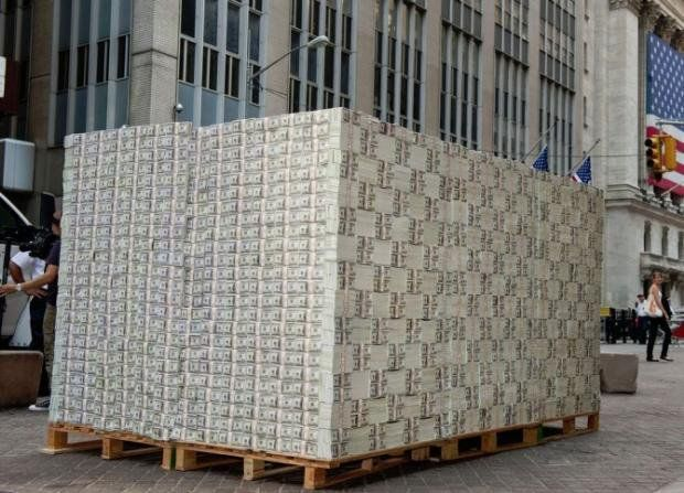 Ежедневно в государство Украину  прибывает самолет долларов— Валютный ажиотаж