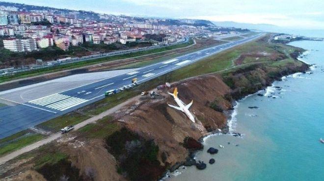 В аэропорту Турции самолет завис над обрывом