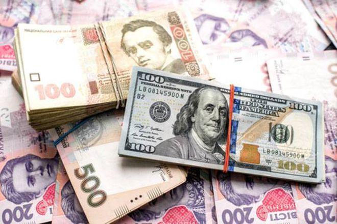 Евро вобменниках украинской столицы стоит больше 34 гривень, доллар близится к29