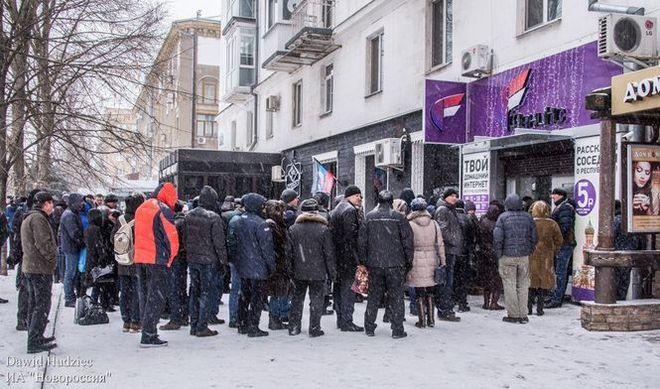 Размещены фото немалых очередей вДонецке закарточками местного оператора «Феникс»