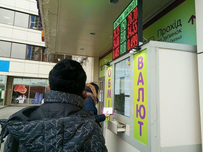 Банкиры: НБУ удержал доллар крупной распродажей, но он все равно подорожает