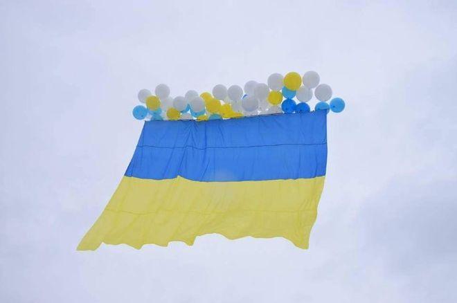 В небо над Луганской областью поднялся украинский флаг
