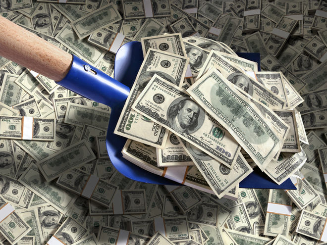 Доллар лопатой гребут: Нацбанк заявил второй крупный выкуп валюты за одно утро