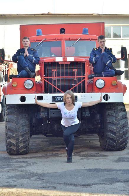Украинские спасатели занимаются йогой