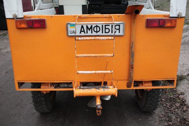 Киевлянин построил машину-амфибию с мангалом и дискотекой