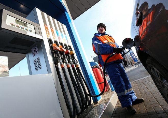 Бензин на украинских заправках нехотя дешевеет