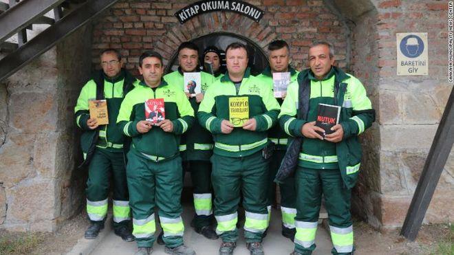 Турецкие мусорщики собрали библиотеку из выброшенных книг